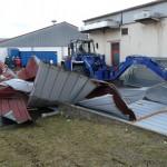 Radlader zerlegt Dachteile